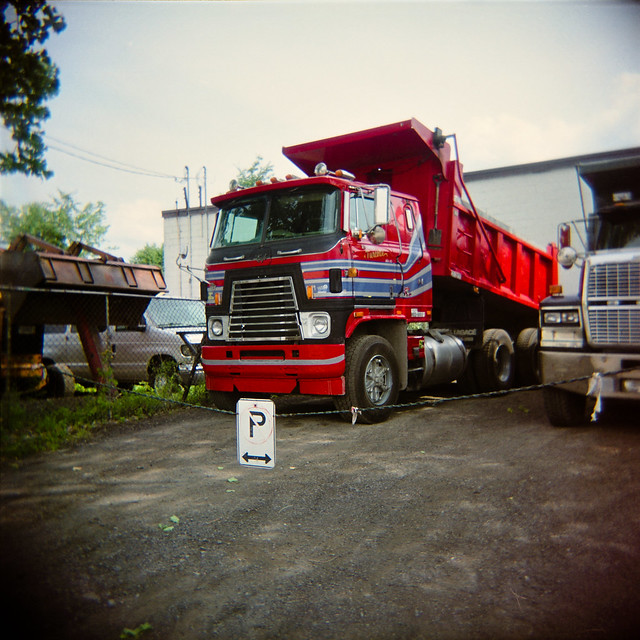 Holga aime les gros camions rouges