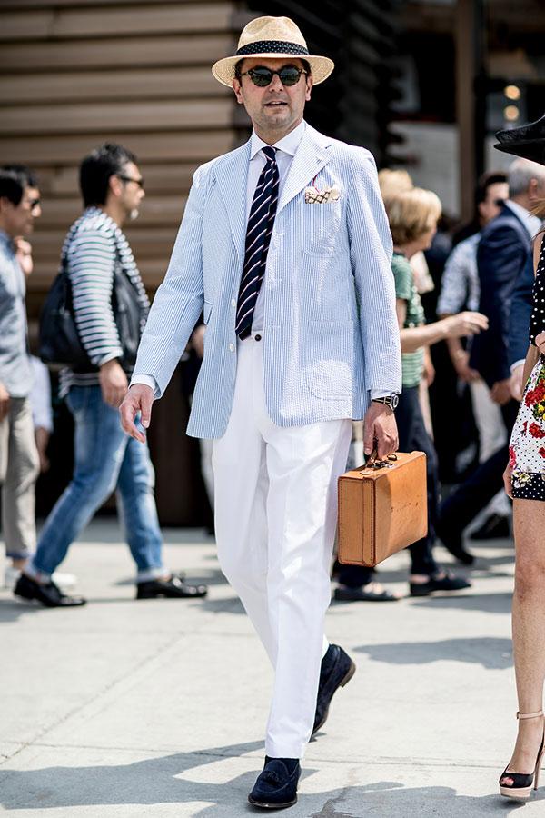 ストローハット×シアサッカージャケット×白シャツ×紺レジメンタルタイ×白パンツ×ネイビースエードタッセルローファー