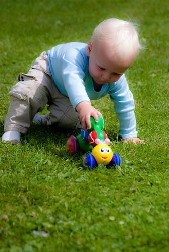 bambino piccolo che gioca in giardino