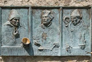 Bronzerelief der Heiligen Ingenuin, Albuin und Cassian (Säbener Bischöfe) von Werner Kofler