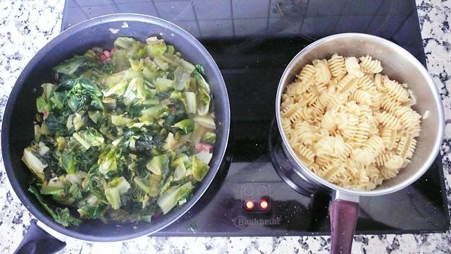 Teigwaren und Lattich mit Speck