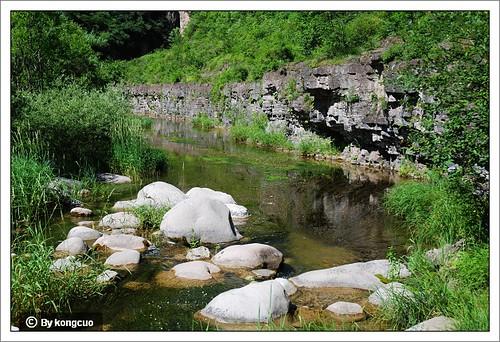 【图】溪流中的火成岩