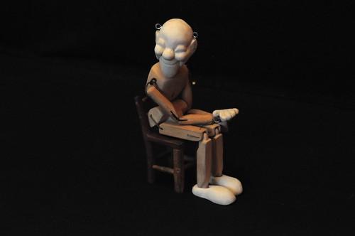 Marionetta seduta