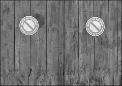 La porte a des yeux