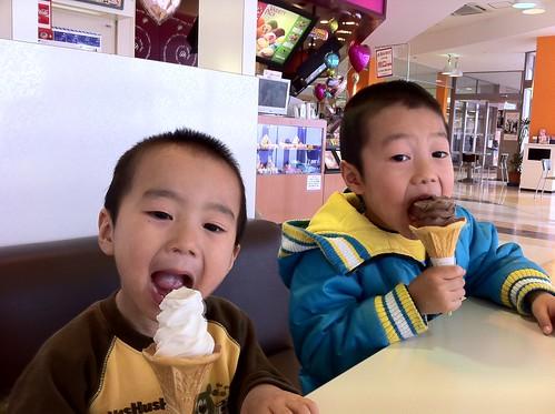 ソフトクリーム食べさせたら物凄く喜んでいる