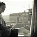 Una chica en una ventana sentada