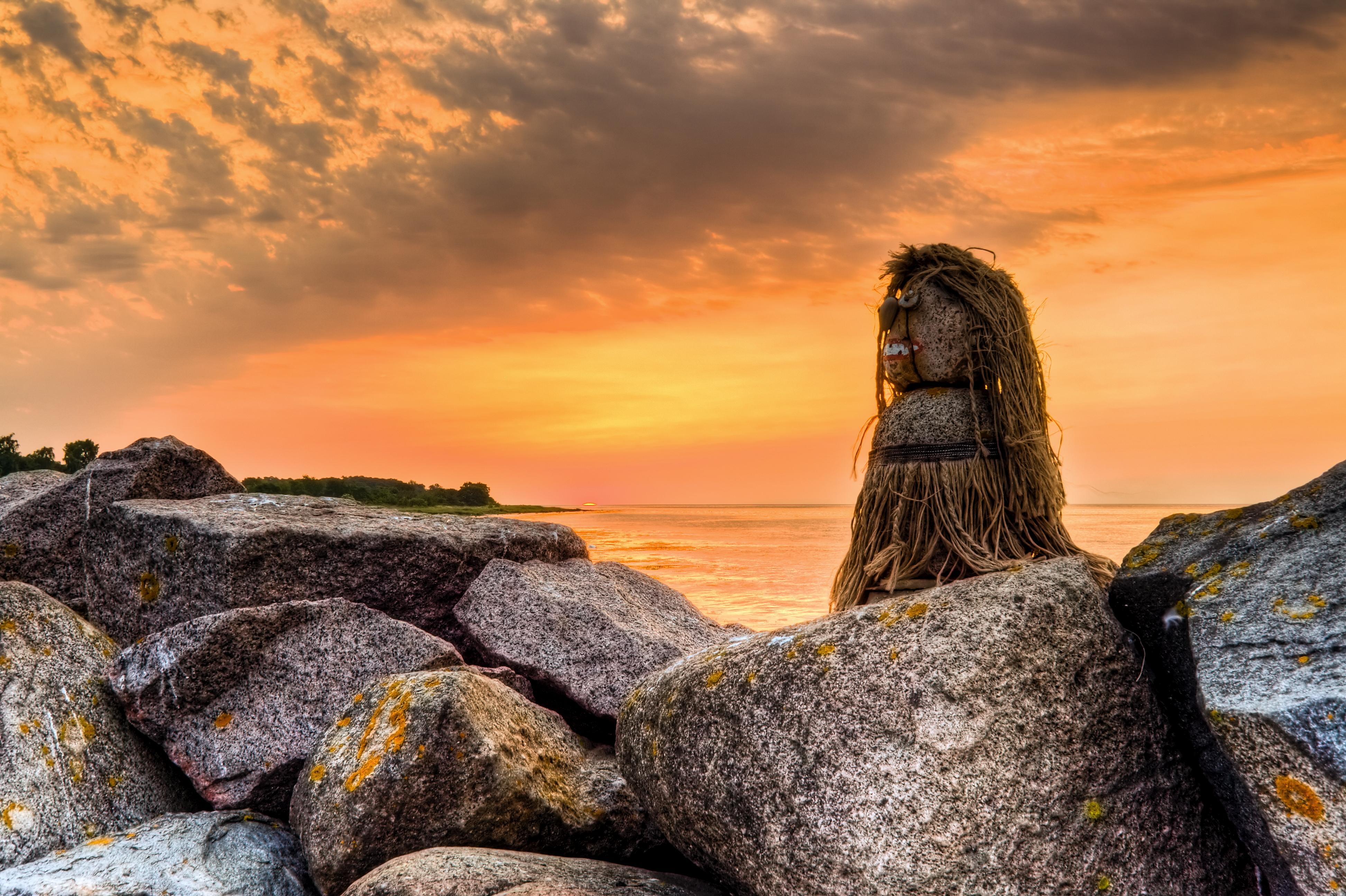 """Måske i familie med Krølle-Bølle. Krølle-Bølle er en troldedreng, der holder til på det nordlige Bornholm. Ludvig Mahler opfandt trolden for sin søn under 2. verdenskrig.  Krølle-Bølle bor i Langebjerg på Nordbornholm sammen med sin familie, der styres af faderen, Bobbarækus Filiækus. Det vides at han har en søster ved navn Krølle-Borra. Krølle-Bølle er ofte ude på narrestreger, og som så mange andre børn forstår han ikke altid konsekvenserne af sine handlinger.  Det er uvist om familien """"i virkeligheden"""" tilhører De Underjordiske og ikke reelt er trolde. Muligvis er historierne digtet på baggrund af overtroen på Bornholm om De Underjordiske.  Krølle-Bølle har som merchandise haft succes i mange år i turistbranchen, og er ofte noget af det første folk husker tilbage på hvis de har holdt ferie på Bornholm som børn. På Bornholm ses antagelig lige så mange postkort med Krølle-Bølle eller familie, som der i København ses postkort med Den Lille Havfrue. Kilde: da.wikipedia.org/wiki/Kr%c3%b8lle-B%c3%b8lle  View my most interesting photos on Flickriver www.flickriver.com/photos/sltr/popular-interesting/  © All rights reserved René Eriksen Contact: reeri@rocketmail.com"""