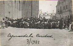 Esperando caridad al costado Catedral de Chiclayo, Lambayeque, Perú . (1925)