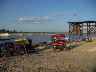 Motocarros en el río puerto del río Nanay en Punchana, Iquitos.