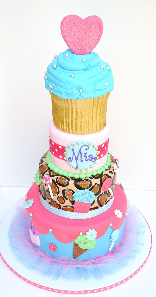 Pleasing Mias Cupcake 0085 This Super Huge Birthday Cake Was Creat Flickr Funny Birthday Cards Online Alyptdamsfinfo