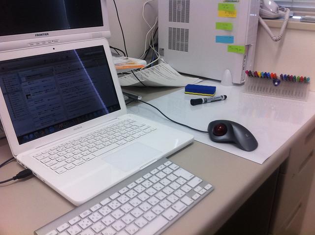 机の上にホワイトボードシートを設置。doingリスト作ったり、ミニマップでアイデア整理したりするのはこれで十分。