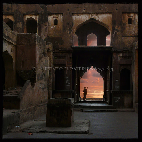 door travel sky woman india heritage mystery architecture clouds square temple evening gate perspective dream atmosphere hindu hinduism chiaroscuro celestial clairobscur mughal madhyapradesh orchha rajput भारत truthandillusion