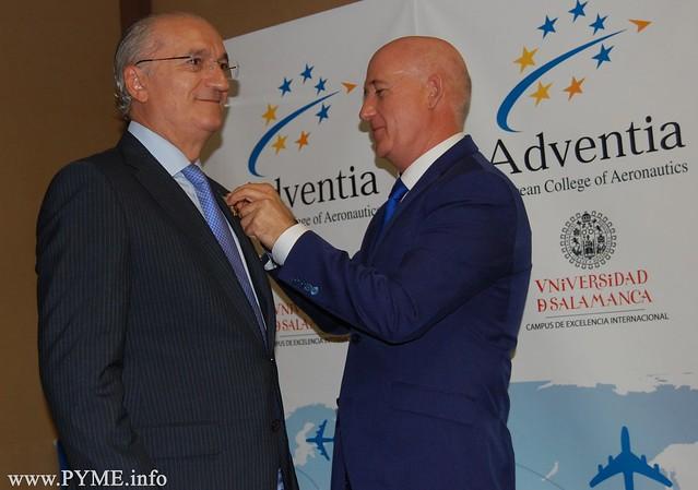 Juan Antonio Martín Mesonero, presidente de Adventia impone las Alas de Oro al presidente de Senasa, Pablo Fernández García