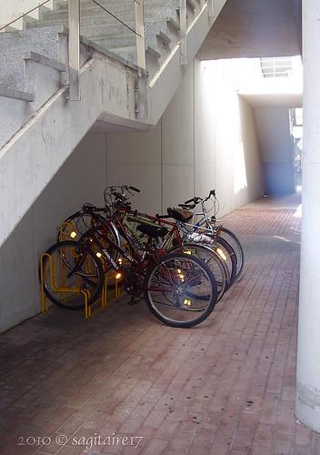 10-09.015 - Bicicletas en un pasillo de luz - Septiembre 2010.