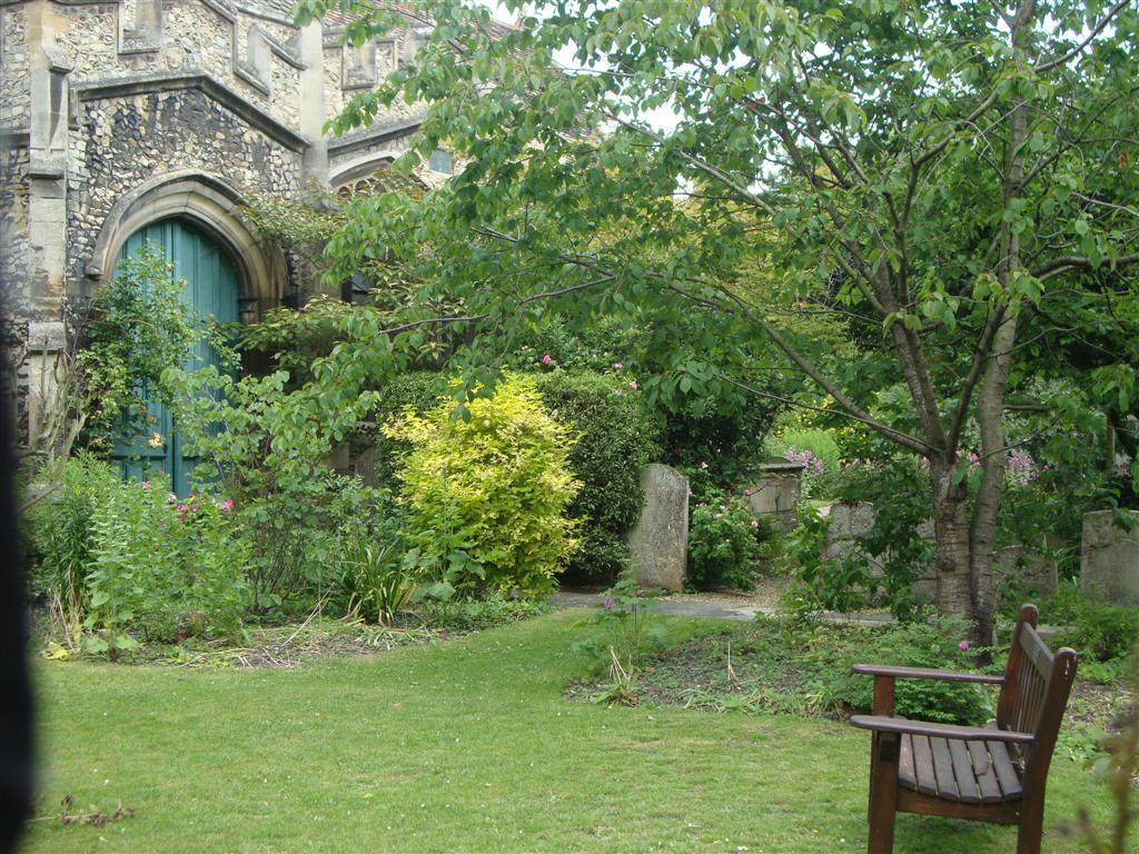 En muchos jardines y zonas verdes, no sólo de Cambridge sino de Inglaterra se pueden encontrar siempre tumbas pintadas de verde por el musgo cambridge - 5067005779 738b9bb582 o - Cambridge (England) y sus rincones para turistas