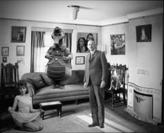 Un señor pone cara de poker al descubrir a su mujer engañandole con un hombre vestido de cocodrilo y con el perro haciendoles de voyeur