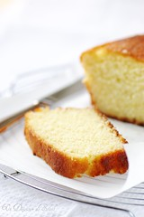Yogurt, almonds and semolina cake