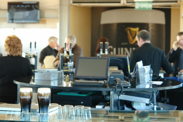 Terminar la visita el la planta 7a donde se encuentra el Gravity Bar, tomarse una pinta de famoso brebaje que nos ha traído hasta aquí y disfrutar de las mejores vistas de Dublín no tiene precio. Guinness Storehouse de Dublín - 5175396435 e44d1d9d80 z - Guinness Storehouse de Dublín