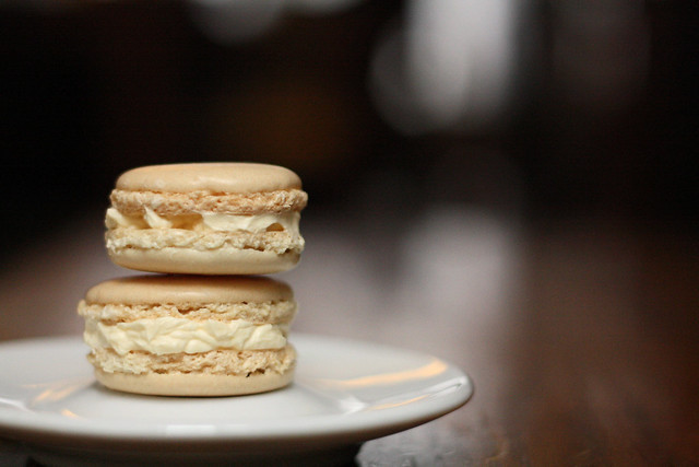 Vanilla macarons with coconut cream