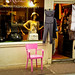 La tienda de la silla color rosa (ROZA) / The shop with a pink chair.