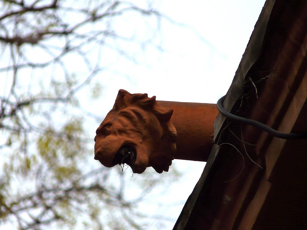 León en el tejado del Palacete del Jardín de Monforte de Valencia