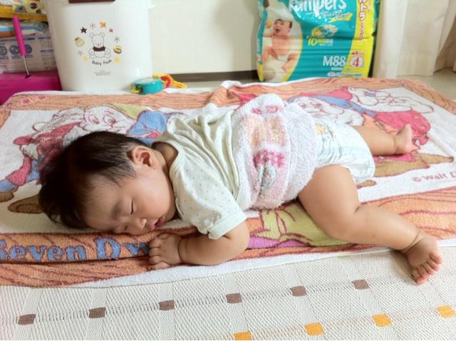 うつぶせ寝。すこやかに育ってくれたら、それでいい。