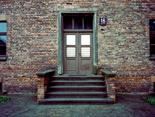Auschwitz, entrée d'un baraquement - Photo de franciscopgomes@Flickr