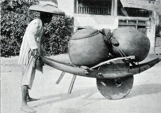 Coolie tonkinois transportant du riz sur sa brouette