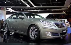 sports car(0.0), automobile(1.0), automotive exterior(1.0), executive car(1.0), hyundai(1.0), wheel(1.0), vehicle(1.0), automotive design(1.0), hyundai equus(1.0), rim(1.0), auto show(1.0), mid-size car(1.0), bumper(1.0), sedan(1.0), land vehicle(1.0), luxury vehicle(1.0),