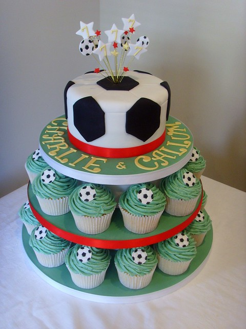 Football Themed Cakes http://www.flickr.com/photos/customcakeshop/4979901755/