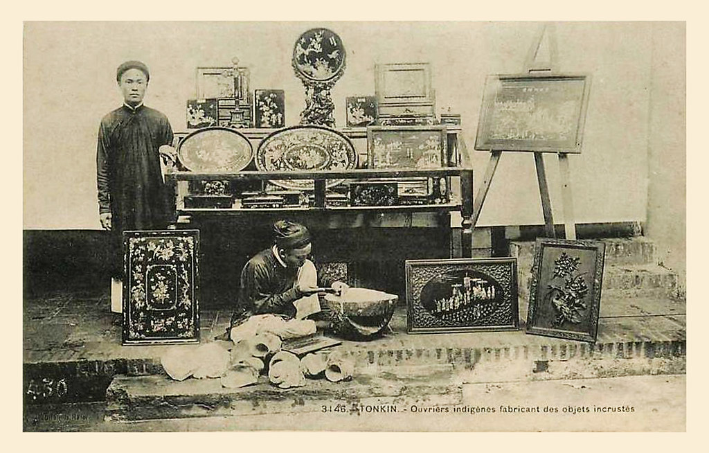 Ouvriers indigènes fabricant des objets incrustés
