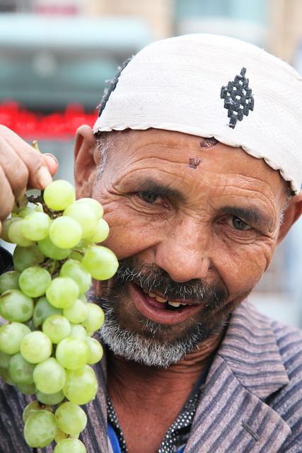 カシュガル、葡萄売りのおじいさん
