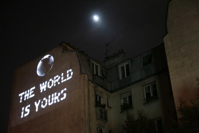 """France, Paris, Nuit Blanche 2010, rue de la Fontaine au Roi, """" Naked city 2010 """"  Hakima El Djoudi. Installation vidéo."""