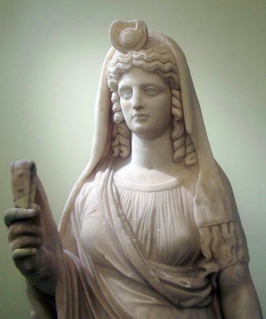 Statue d'Isis-perséphone tenant un sistre (détail ...