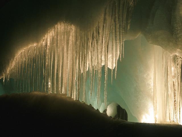 アイスリーゼンヴェルト内に垂れ下がるつららの風景