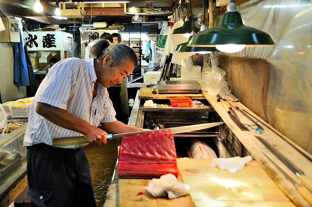 Cortando el pescado en el mercado de Tsukiji (Tokio)