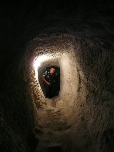 Phil in einem Tunnel (Höhlenkloster Wardzia)