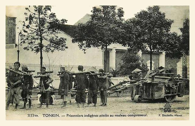 TONKIN - Prisonniers indigènes attelés au rouleau compresseur