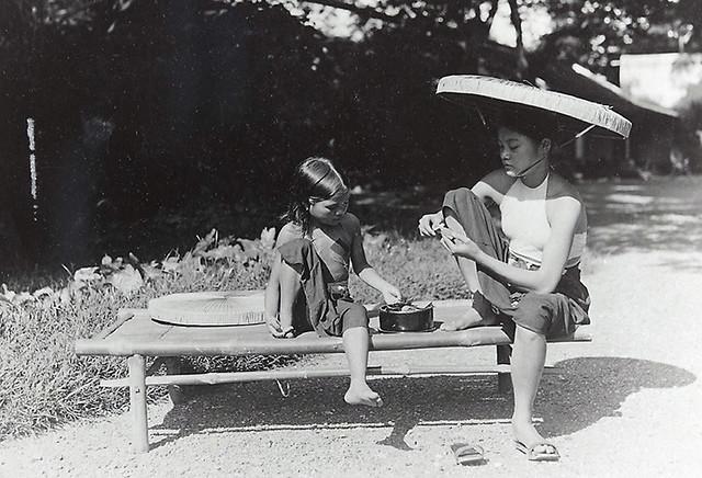 1921-1935 Jeune fille et fillette préparant le bétel
