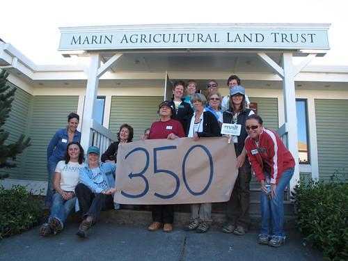 馬林農地信託工作人員參與國際環境運動350組織(350.org)的照片上傳活動,支持全球二氧化碳排放量降至350PPM以下(Photo by Caroline Kraus 照片來源:350.org)