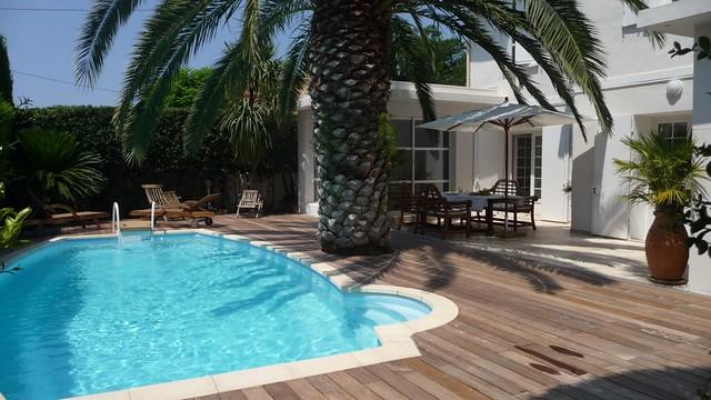 Rénovation piscine avec margelles pierre, terrasse bois exotique ipé