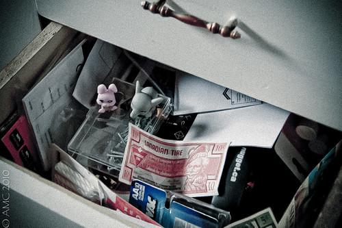 Tämänkin romulaatikon sisällöstä joku saattaa olla valmis maksamaan. (Flickr: {Andrea})