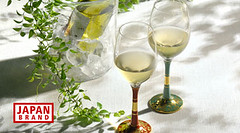 produce(0.0), wine(1.0), glass(1.0), white wine(1.0), drink(1.0), alcoholic beverage(1.0),