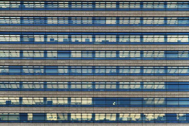 Vista de la fachada de uno de los edificios en la isla de Odaiba, Tokio, Japón.