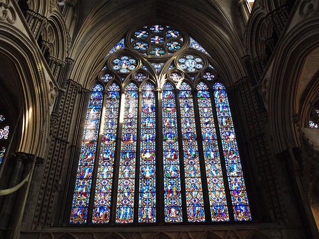 Vidriera interior de la catedral de Lincoln, Lincolnshire, Inglaterra.