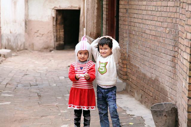 カシュガル旧市街、路地の子どもたち
