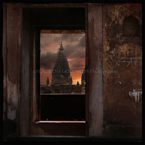 travel sunset sky sculpture india heritage window mystery architecture clouds square evening colours view perspective dream culture atmosphere palace chiaroscuro celestial clairobscur mughal madhyapradesh orchha rajput भारत indiasong