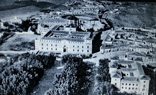 Vista aérea del Hospital Tavera, el Paseo de Merchán y la antigua Escuela Normal de MAgisterio (demolida a mediados del siglo XX) a inicios del siglo XX