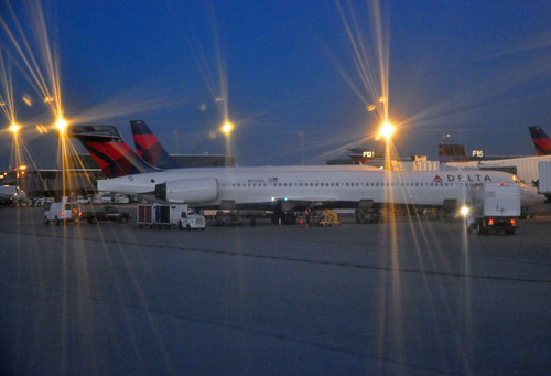 Delta Air Lines MD-90-30 N915DN