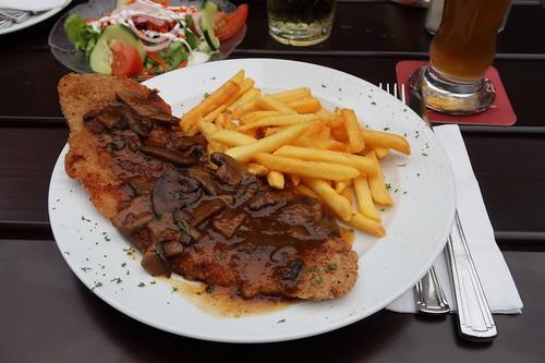 Schnitzel nach Jägerart mit Pommes und Salat (in der Waldgaststätte Spiegelslust oberhalb von Marburg)